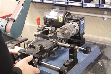 operating-key-cutting-machine