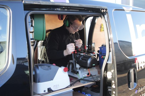 operating-key-cutting-machine-in-van